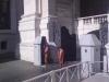 papežova stráž ze Švýcarska v tradiční uniformě
